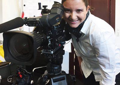 Samia Little Elk hinter der Kamera